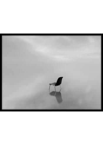 Plakat do salonu przedstawiający krzesło we mgle