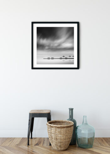 Plakat czarno biały - Molo z Parasolami